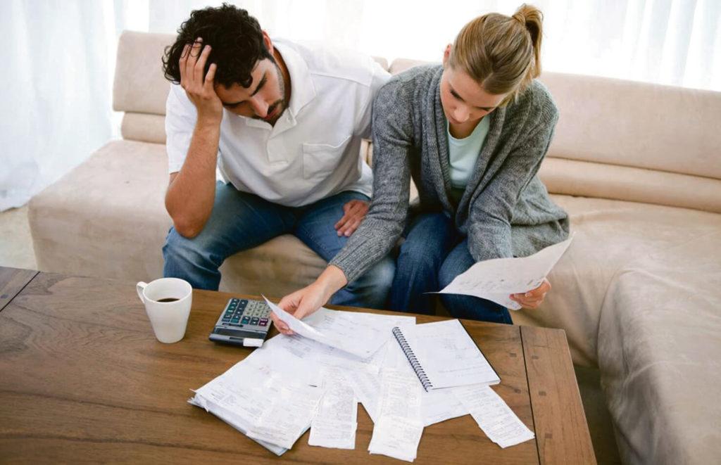 мужчина и женщина с бумагами