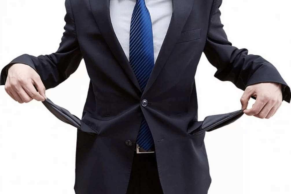 мужчина вывернул карманы костюма